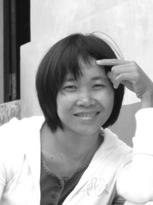 Nguyen Ngoc Tu föddes 1976 i byn Tan Duyet i Mekongflodens delta, Vietnam. Tjugofyra år gammal debuterade hon som novellförfattare, och har sedan dess tagit emot en mängd litterära priser, både nationella och internationella.
