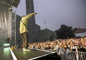 Daniel Adams Ray på stora scenen under Cityfestivalen, samma scen som kommer att användas av bokningsbolaget Blixten & Co. Foto: Peter Krüger