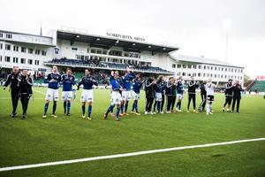 Så här glada var spelarna i GIF Sundsvall efter förra mötet mot Östersunds FK.