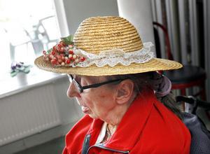Att vara kvinna för sin hatt är möjligt genom att krydda knoppen med körsbär.