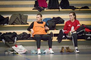 Senare samma dag: Tuff träning frö Julia Hansson och Milica Kostic i jakten på en allsvensk returbiljett.