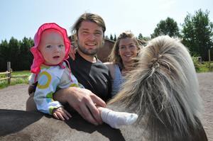 I den nybygda paddocken är 10-åriga Vera tillsammans med sina föräldrar Axel Grusell och Mailinn Solér.