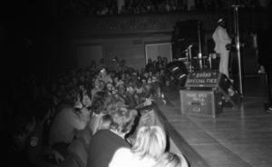 Inget fotodike existerade i Konserthuset i Stockholm. Här ser vi hur Bruce Springsteen hoppar ner på första raden i ett förmodat utbrott av eufori.