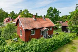 Torpet i Östanbyn erbjuder två rum på 57 kvadratmeter för den som vill bo lite mindre och lite enklare.