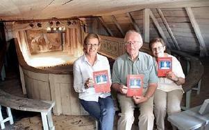 Berit Höök, Göran Bergqvist och Inger Eriksson gläds åt att boken om Teaterladans historia för de senaste 60 år nu är klar.FOTO: MIKAEL ERIKSSON