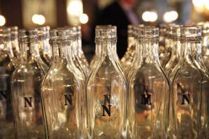 Niklas Ekstedt tänker på detalj-erna. Vattenflaskorna har restau-rangens sigill  N som i Niklas. Foto: Fredrik Alverland