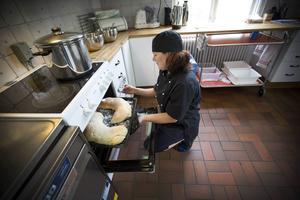 Elisabeth Jakobsson är husmor och bakar allt bröd själv. I dag är det linssoppa till lunch.