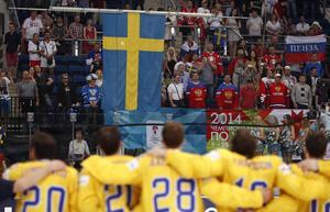 Tre Kronor sjunger nationalsången.