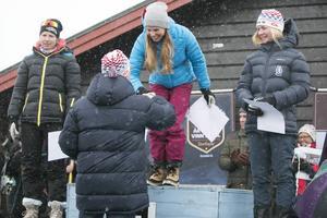 Elitloppets dampall med tvåan Evelina Settlin, Hudiksvall, segraren Lina Korsgren, Åre, och trean Elin Mohlin, Åsarna