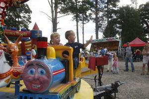 Elvy och Olle uppskattade området med karusellerna på familjedagen i Bergsjö.