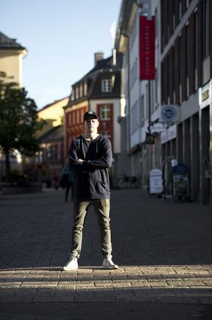 Rasmus Enström beskriver sig själv som ganska blyg och säger att han inte är den som snackar i laget. Att han är väldigt tyst och lugn privat kan vara svårt att tro för den som sett hans offensiva bedrifter på plan.