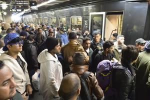 Nya flyktingar anländer till Stockholms central.