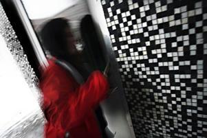 Sent om nätterna bryter hon sig in i det källarförråd där hon använder dörrar som säng om nätterna.