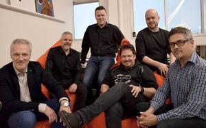 Ove Olsson, Peder Matz, Mikael Östlin, Tony Ljungström och Morgan Östlin i Black Jack tillsammans med producenten Jörgen Bodesand.