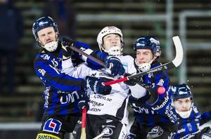 Christoffer Edlund, här klämd mellan Johan Jansson Hydling och Jakob Jenefeldt, gjorde sitt 400:e mål för SAIK när laget vann mot Sirius med 6–2.