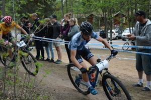 Emil Lindgren jagas av Emil Linde på den tredje etappen.
