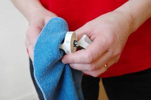"""Genom att städa regelbundet behöver vårstädningen inte bli allt för tuff. """"Dessutom är det enklare att få bort nytt damm jämfört med gammalt, säger Anna Carin Söder som driver det Ovikenbaserade städföretaget Z-service.I stället för att torka spisknapparna medan de sitter på spisen är det lättare att ta loss dem, rengöra dem och sedan sätta tillbaka dem. För att komma åt överallt kan det också underlätta att använda en tandborste."""