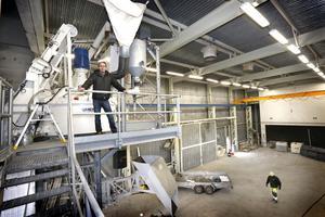 Företagaren, Niclas Johansson har totalt investerat 17 miljoner i den nya betongfabriken i Hallstavik.