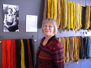 Gunilla Anderman bland 93 härvor färgade efter Beda Larssons (bilden på väggen) recept.