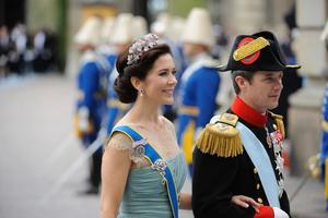 3/5Fantastisk. Här bär hon Drottning Ingrids rubintiara i en mjuk uppsättning med en del volym. Hon kan verkligen vara vacker i sin porslinsfärgade hy och se ut som en sagoprinsessa. Dessutom har hon en otrolig trendkoll.