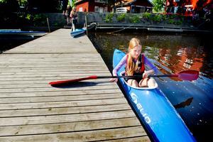 Har paddlat förr. Klara Rinnemo, 11 år från Örebro, har varit med en vecka tidigare och tycker det är kul med vatten.