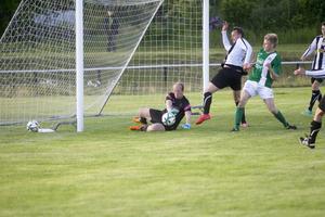 Andreas Olsson kunde inte göra mål utan fick i stället kramp i den här situationen.