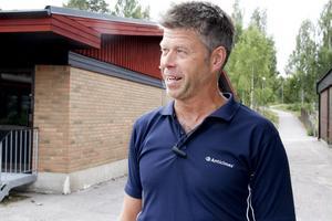 Med skyddskläder och visir kan alla plocka ner ett getingbo, säger Göran.