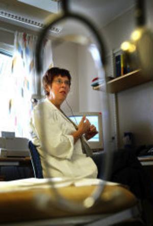 Ann-Christine Gagner-Sjöberg, distriktssköterska på Granloholms vårdcentral, tar emot många samtal från patienter varje dag. Belastningen är hög, särskilt på förmiddagarna.–Önskedrömmen vore att vi var fler som svarade i telefon, säger Ann-Christine.