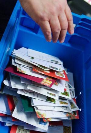 Julkorten står sig som tradition, trots alla moderna sätt att skicka hälsningar på som finns i dag.  På postkontoret vid Stadsdel Norr  i Östersund passerar omkring  200–250 000 julhälsningar under december.
