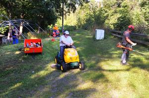 Alla hjälps åt. När gräset skall klippas vid Gropens festplats går det snabbt om många hjälper till.