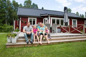 Familjen Plansjö-Leppävuori lever stugdrömmen året runt. Pappa Mikael, mamma Annika och barnen Wilma, Max och Tuva  bor numera permanent i sitt tidigare fritidshus på Blidö.