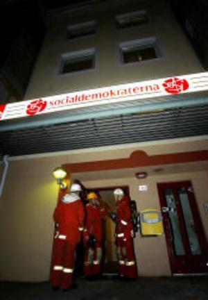 Grannar larmade räddningstjänsten när de hörde brandlarmet från en lägenhet.En rullstolsburen kvinna fanns innanför dörren till lägenheten.