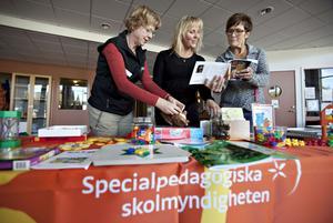 Kerstin Ekengren, Specialpedagogiska skolmyndigheten, SPSM, Titti Juhlin, talpedagog i Hofors kommun, och Catharina Månsson, SPSM, höll i utställningen i Petreskolans foajé.