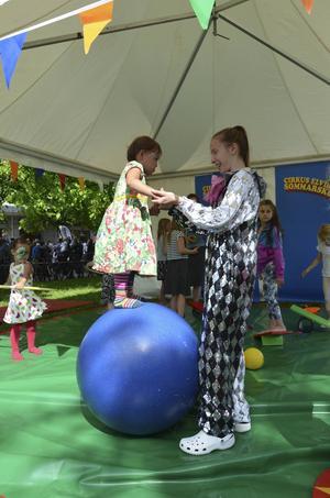 Cirkus Elvira bjöd på lek för barn i alla åldrar.