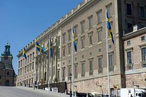 Det kanske är meningen att alla anställda ska flytta till Stockholm också så att de kan riktigt koncentrera sin verksamhet? På bilden syns Slottet, smyckat inför Prins Carl Philips och Sofia Hellqvists bröllop.