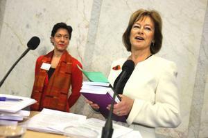 """Kulturminister Lena Adelsohn Liljeroth var försiktig med löften när hon tog emot kulturutredningen. Men hon tror att förslagen om ökad regionalisering av kulturen kommer att bli relativt lätta att genomföra. """"När det handlar om myndighetssammanslagningar kommer det säkert att finnas en del att diskutera"""", säger ministern. Foto: Fredrik Persson/Scanpix"""