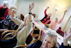Varje tisdag och torsdag träffas Hammarstrands seniorer för att umgås. Träffarna är välbesökta och inleds alltid med ett pass sittande gymnastik där alla får en möjlighet att röra på lederna. Gymnastikpasset följs sedan av varierande aktiviteter som musikuppträdande, minnesträning eller bingospel. Dessutom serveras det fika till självkostnadspris. Männen lyser dock med sin frånvaro. – Kvinnor är nog mer sociala, spekulerar Rosita Moe som är aktivitetsansvarig undersköterska.