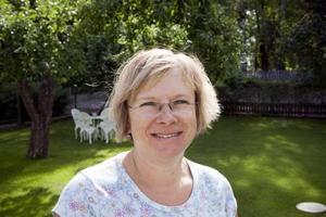 – I början av säsongen måste man rensa orgäs men nu sköter sig rabbatterna själva, säger Inger.