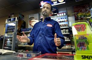 """KRÄVER LEG. Yohannes Kidane som driver Times-butiken på Drottninggatan vill inte sälja tobak till kunder under 18 år. """"Jag skulle ju inte vilja att mina barn började röka"""" säger han. Han tycker inte att det är det minsta svårt att följa tobakslagen, de som inte gör det vill nog bara inte, tror han."""