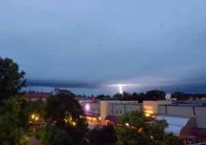 Extremt åskväder. Himlen lystes upp av stora blixtar under det kraftiga åskvädret i södra Dalarna under natten mot onsdagen. Bilden är från Markustorget i centrala Avesta. Foto: BÖRJE GUSTAFSON