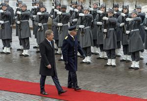 Finlands president Sauli Niinistö (tv) och Sveriges kung Carl Gustaf inspekterar hedersvakten i Helsingfors.