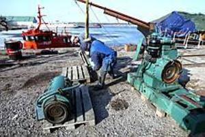 Foto:NICK BLACKMON Elkraft till Gerda. Lotsbåten körde tidigare i veckan Västra bankens dieselgenerator från lotsstationen till Gerdakajen vid Gävle varv. Nu ska den kontrolleras och provköras innan den hamnar i Gerdas maskinrum.