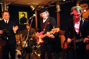 Weeping Willows bjöd på en salig blandning av musik. Egna låtar blandades med covers på bland annat Fred Åkerströms – på engelska.