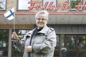 Irma Larsson utanför Folkets Hus där Finska Föreningen har sina lokaler.