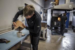 Askan hälls i urnan och är klar för leverans till djurkliniken där ägaren får hämta hem sin familjemedlem.