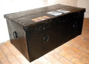 I den här kassakistan bevarade pastor Bärssell sparbankens pengar. Kistan är stor och tung, endast locket kräver två personer för att lyfta upp. Den är också försedd med tre olika lås vars nycklar förvarades av olika personer. Kistan står i dag i vapenhuset i Husby kyrka.