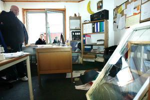 När Hans Flodén kom till butiken på morgonen var det oreda på kontoret. Omkring  70 000 kronor i kontanter och frimärken stals när tjuvar bröt sig in och tog med sig det 220 kilo tunga kassa- skåpet.