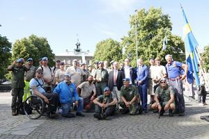 Sveriges Veteranförbund Fredsbaskrarna tillsammans med landshövding Per Bill och moderaternas regionsråd Patrik Stenvard.