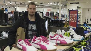 Fagerstabon Dennis Mattila, som brukar spana runt under mellandagsrean, hittade vinterskor på rea på Intersport i Fagersta. Ungefär hälften av butikens sortiment är på rea under mellandagarna, berättar Niclas Gustafsson, delägare på Intersport.