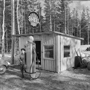 Shell i Riddarhyttan. Klark Wikström vid sin första bensinmack 1951.